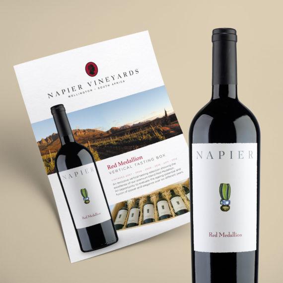 Ein Sales Sheet sowie eine Flasche Rotwein des südafrikanischen Weinguts Napier Vineyards
